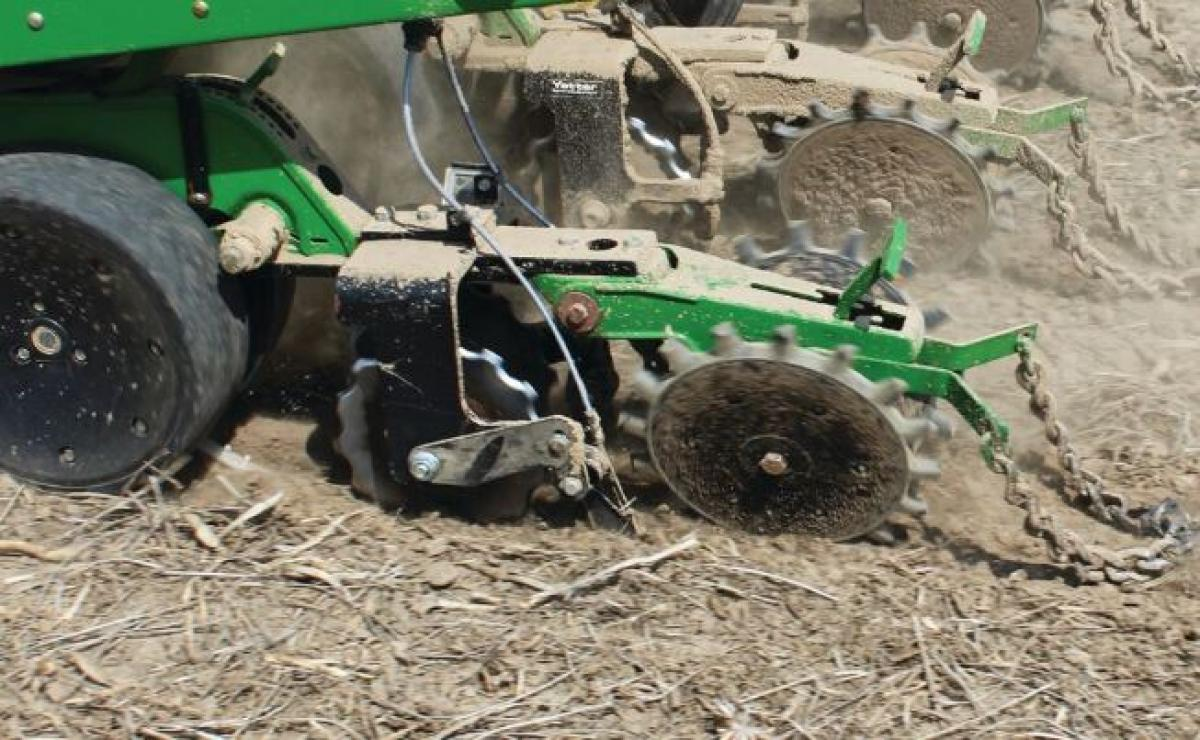 Row unit mount in-between single wheel fertilizer opener with twister closing wheel with knife in the field